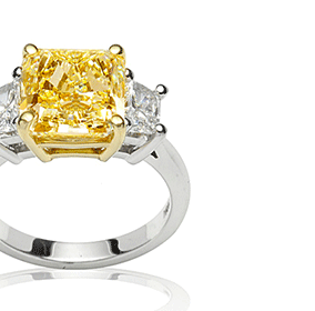 Diamond trilogy ring with white and yellow diamonds
